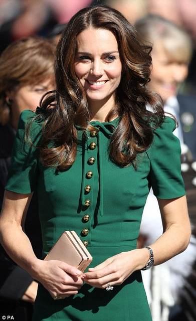 キャサリン妃の「グリーン」。トーンはモスグリーン系です...