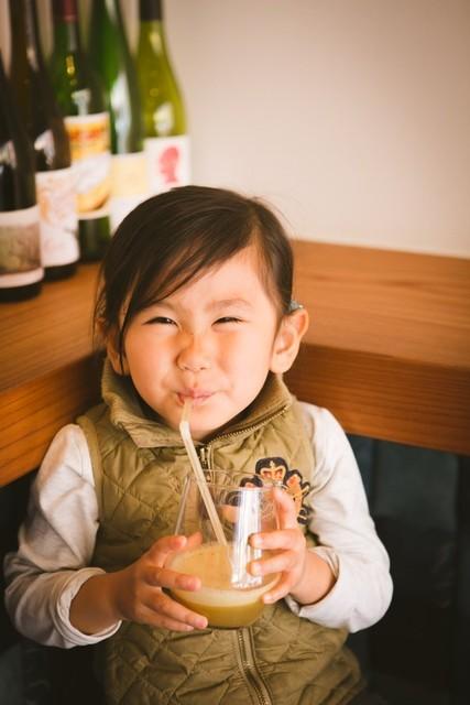 オーガニックアップルジュースに笑顔がこぼれる