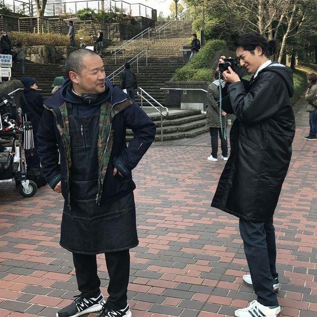 TBS「ハロー張りネズミ」 - Instagram写真(インスタグラム)「監督を撮影中の瑛太カメラマン✨ #ハロー張りネズミ #ハロネズ #瑛太 #大根仁 #写真 #カメラ #3月 公式HPのゴロー写真館も是非チェックしてみてください! http://www.tbs.co.jp/hello-harinezumi/」7月20日 12時18分 (42680)
