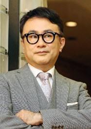 ユーモア忘れず前向きに 紫綬褒章の三谷幸喜さん (写真=共同) :日本経済新聞 (52111)
