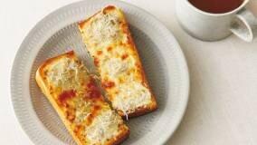 パンにチーズとしらす干しをのせて、オーブントースターで...