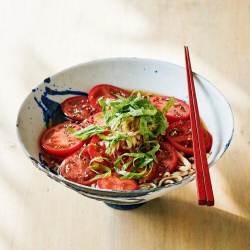 トマトの輪切りをたっぷり全面に盛りつけた冷やし中華。