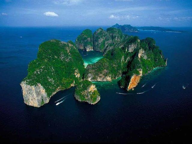 『ザ ビーチ』の舞台となったのは、ピピ諸島の「ピピ・レ...