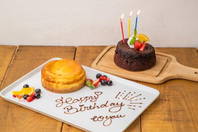 左:しっとりレア仕立てのベイクドチーズケーキ 1,700円(税抜)+送料、右:濃厚クラシックガトーショコラ 1,500円(税抜)+送料