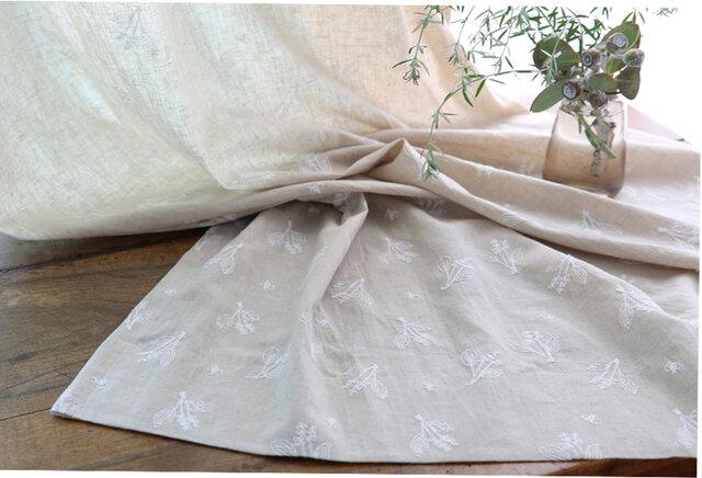 野に咲く素朴なお花をモチーフに刺繍を施したカーテン「野の花」