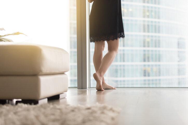 床に抜け毛が…不安になる女性はそこまで意識しなくていい理由