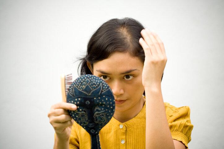 猫っ毛で悩んでいる女性…ボリュームを出したいなら3つの対策を試そう