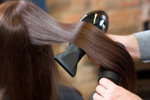 ストレートヘアになりたい女性必見!ストレートアイロンの上手な使い方