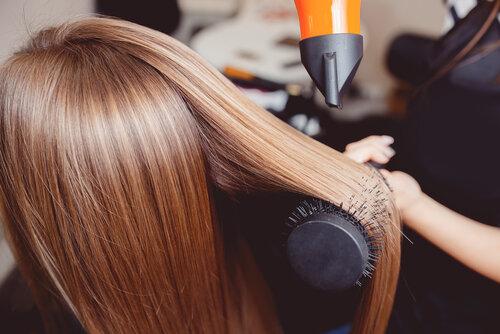 ドライヤーで髪をきれいにするにはブラシがあると便利!使い方を伝授!
