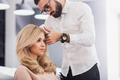 なぜ美容室でカットをすると美容師は髪を切りすぎるの?原因と対策を紹介
