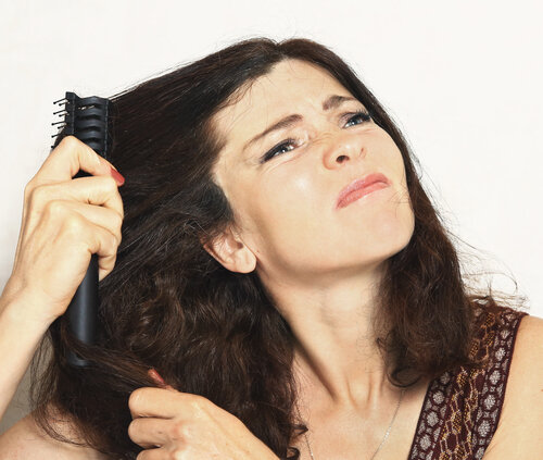 髪が鬱陶しいと感じるのは顔周りが問題!アイテムとアレンジで回避!