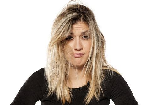額が見えるの嫌…なぜセットしたのに前髪が割れるの?対策と治し方