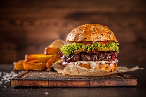 みんな大好きハンバーガー!食べすぎると髪によくない原理を知ってる?