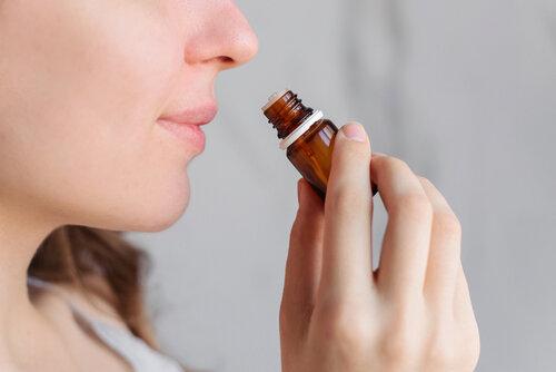 心地良い香りに癒されよう!ヘアケアに繋がるアロマオイルの活用法
