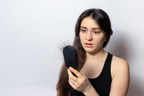 コロナで女性の髪の毛が抜ける?気になる人のための対策まとめ