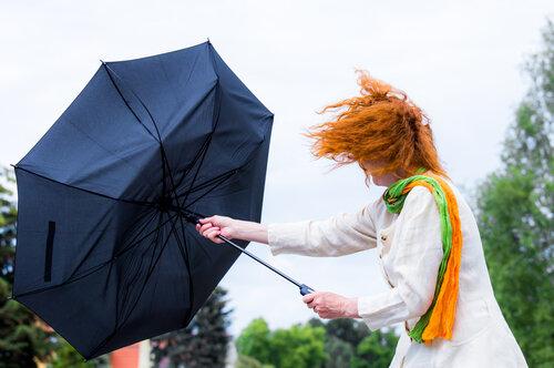 強風でも髪が乱れにくくするコツ3選!おすすめのアレンジや考え方