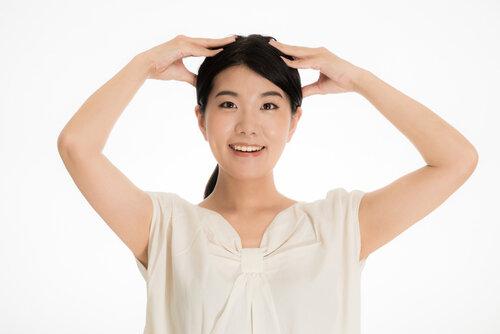 デスクワークの方必見♡頭皮と心を整える頭皮マッサージ方法
