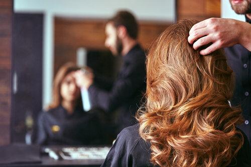 【美容室に影響?】河野太郎大臣に美容師制度の見直しの提言を手渡す