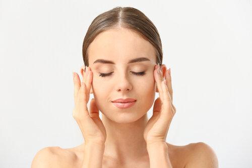目の疲れは髪の毛にかなり悪い影響が…眼圧リセットのやり方を知って対策を