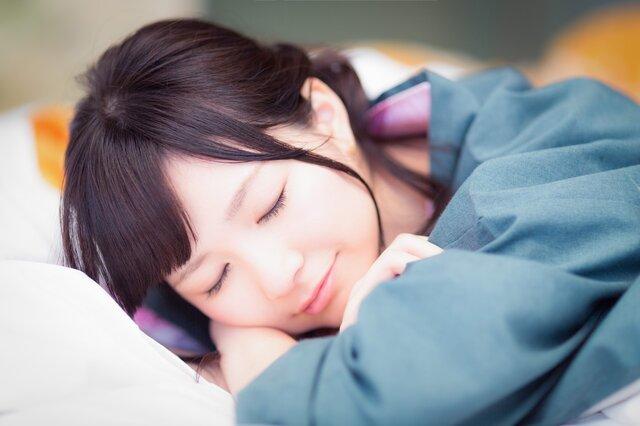 マッサージ中熟睡してしまった女性の写真素材