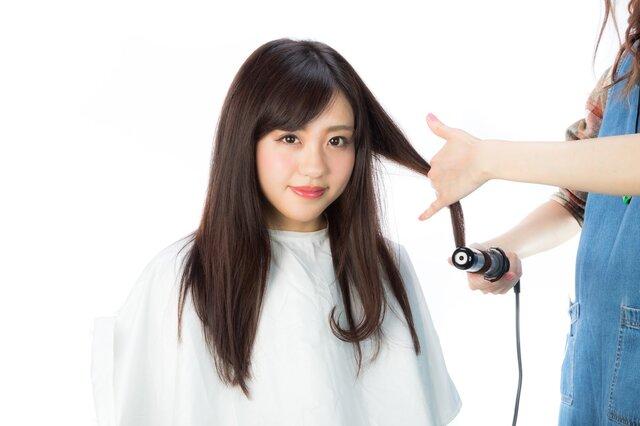 髪の毛先を巻くの写真素材