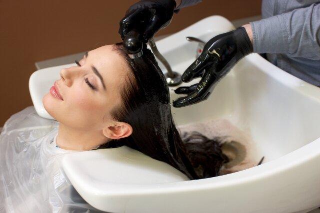 シャンプー台で髪を流してもらう女性4