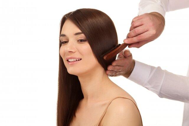 ヘアブラシで正しく髪を梳かす方法とは?綺麗に溶かして美髪へ♡