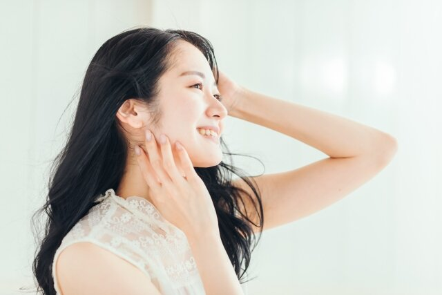 髪の広がりやうねりを抑える!梅雨の時期におすすめのヘアケア方法!