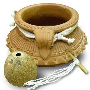 陶磁器でできたシロダーラ用の壺額の上に壺を吊し...