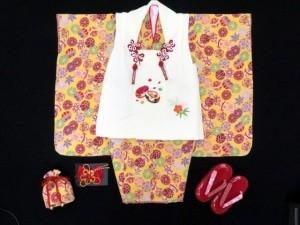 七五三 3歳 女の子用 ちりめん生地の着物とオリジナル刺繍の被布コート・フルセット【生成り こっぽり/濃黄色 鞠】 (4547)