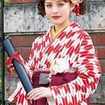 【袴】 卒業式の記念写真、前撮り&後撮りが人気の理由とは?