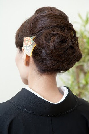 黒留袖のヘアスタイル① ~アップスタイル編~ 「なりたい自分」を叶えるヘアメイクマジック (10080)