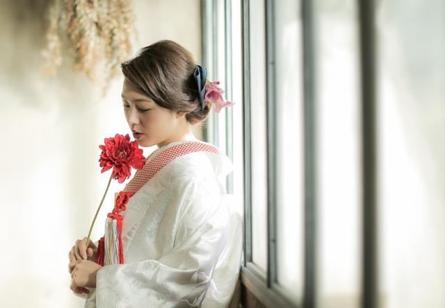 モダンレトロ/モード/ポップ 白無垢 桜花園に鶴 白/赤 白無垢・色打掛レンタルなら結婚式着物専門の【THE KIMONO SHOP−ザ・キモノショップ】 (11443)