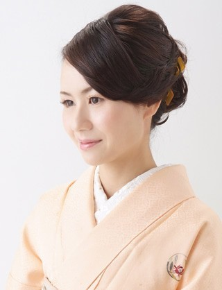 【訪問着ヘア】襟足にカールを添えたしっとりアップスタイル|夢館ビューティー || 京都 || 着物着付・ドレスヘアセット&メイク || 結婚式・およばれ・パーティに (12495)