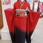 女性らしく・華やぎ・鮮烈に。赤×黒バイカラーの成人式振袖