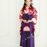 色の組合せから見る、卒業式の袴選び【赤い振袖×紫の袴】