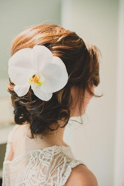 白い生花の髪飾りは?