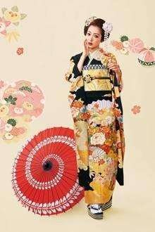 古典柄の振袖に日本髪をあわせた古式ゆかしいスタイル