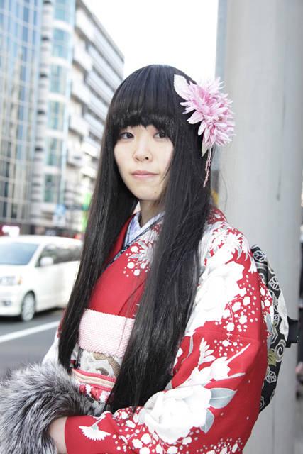 つややかなストレートの黒髪で日本人形風に
