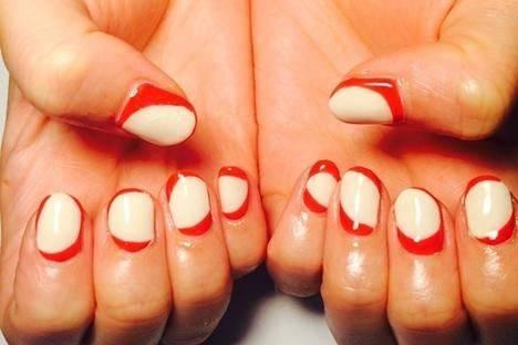 赤と白のツートンカラーのネイル