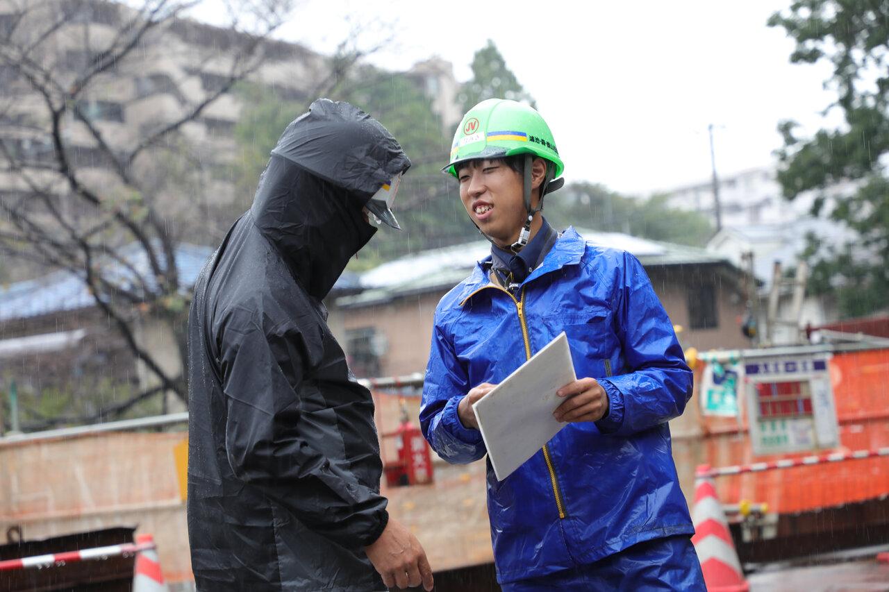 雨の日もカッパ着用で作業員さんたちと外仕事
