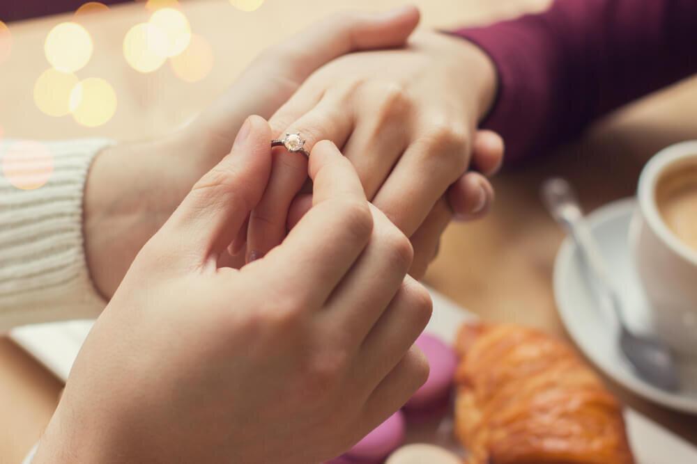 指にはめられた指輪