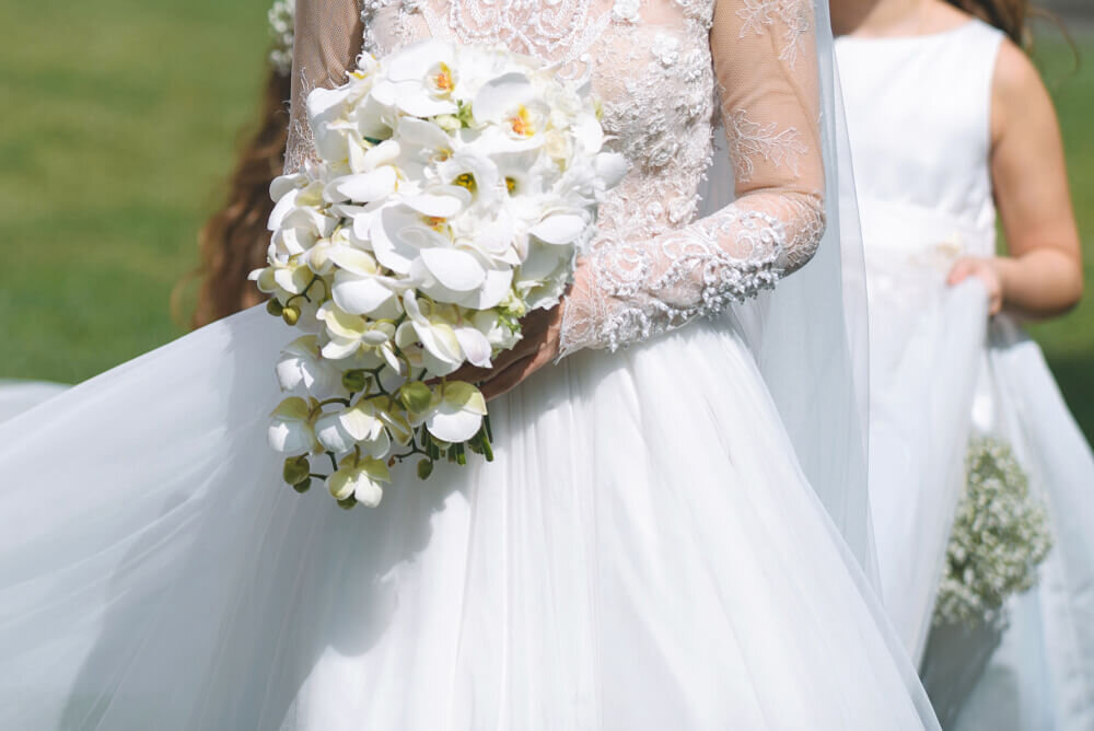 オーバルブーケを持つ花嫁