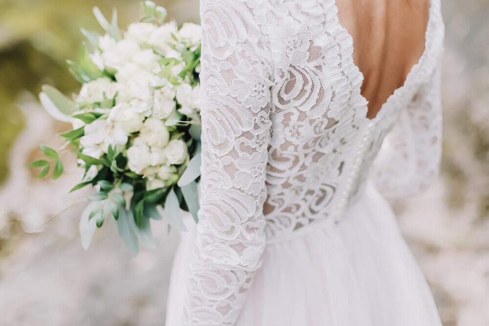 ブーケを持つドレスの花嫁