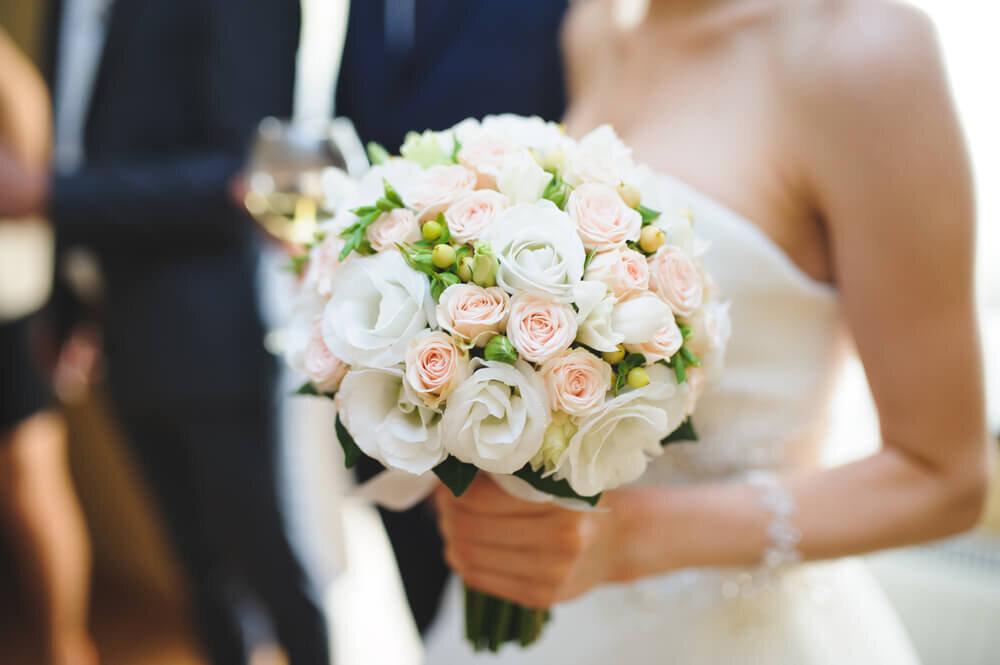 バラのブーケを持つ花嫁