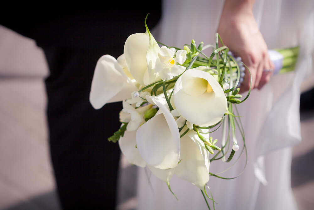 カラーの花束を持つ花嫁