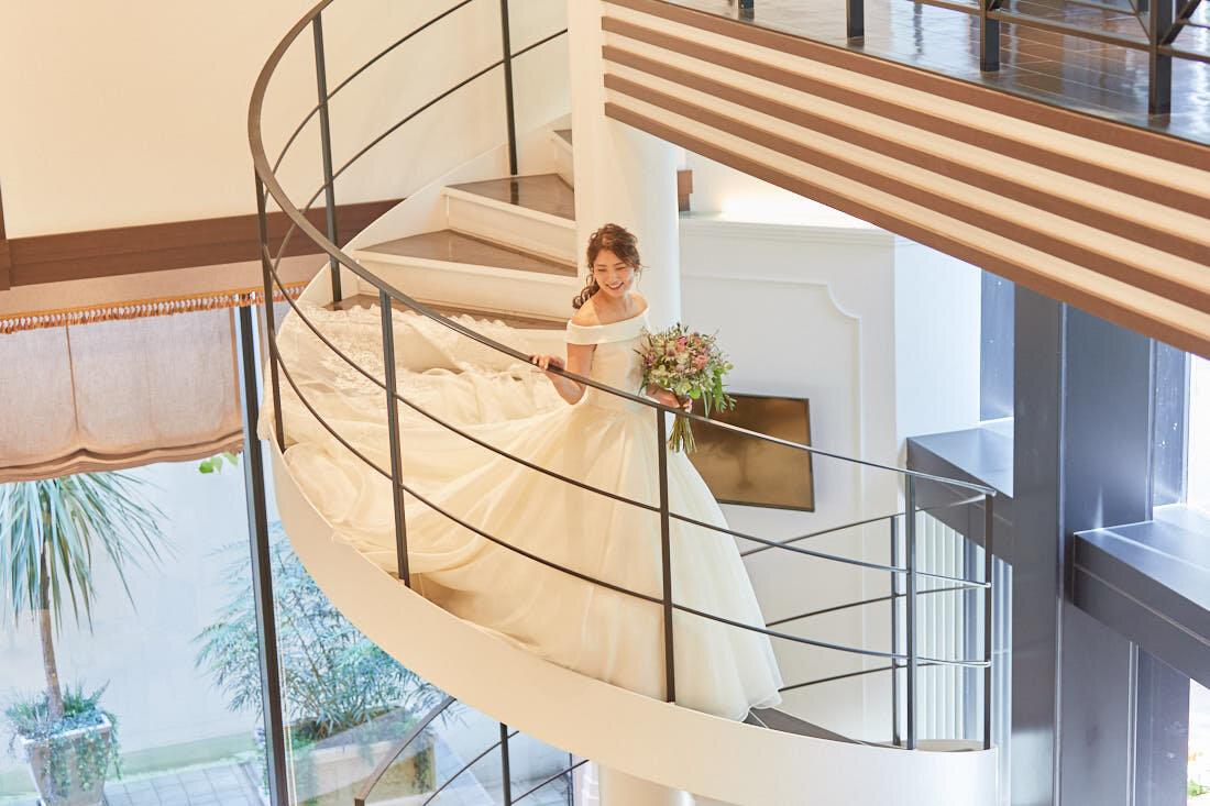 螺旋階段で振り向く新婦