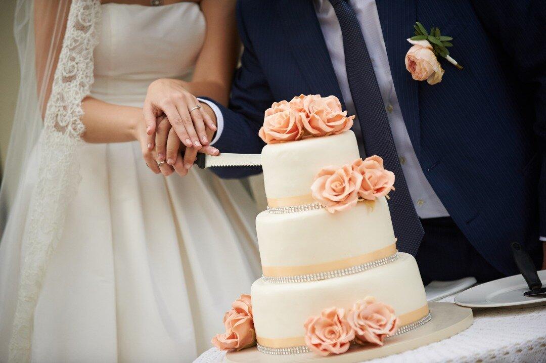 結婚式でのケーキ入刀