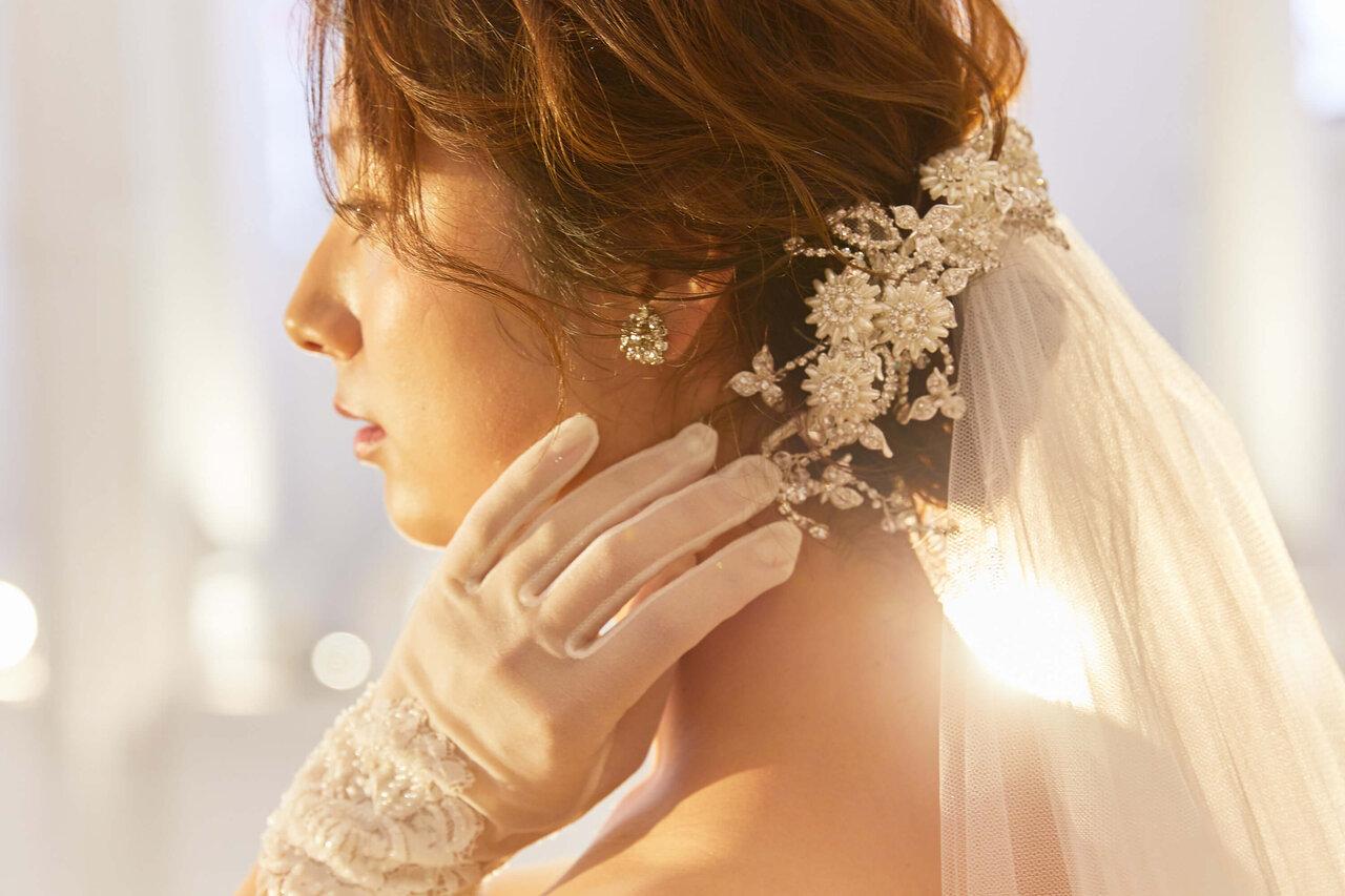 アルカンシエル luxe mariage 大阪の大聖堂(チャペル)のフォトスポットで撮ったドレスをきた花嫁の写真