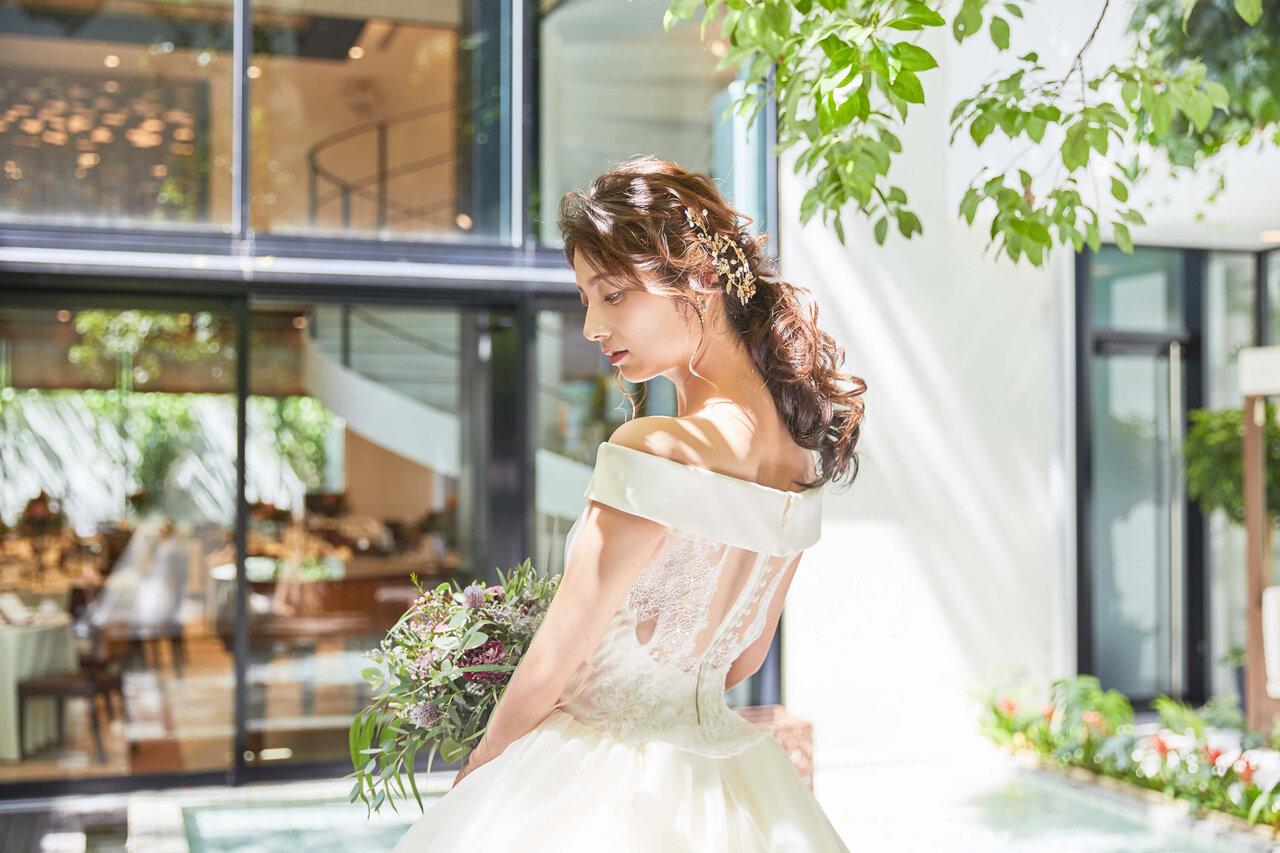 アルカンシエル luxe mariage 大阪のUbud Bali-Gaibのフォトスポットである自然光が当たるガーデンで撮ったドレスをきた花嫁の写真